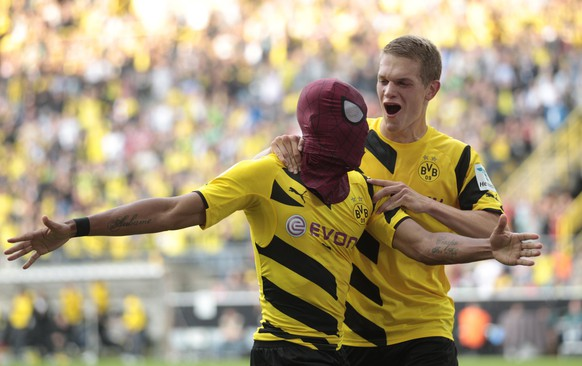 Borussia Dortmund's Pierre-Emerick Aubameyang (with Spiderman mask) and Matthias Ginter celebrate a goal against Bayern Munich during their SuperCup 2014 soccer match in Dortmund August 13, 2014.   REUTERS/Ina Fassbender (GERMANY - Tags: SPORT SOCCER TPX IMAGES OF THE DAY) DFL RULES TO LIMIT THE ONLINE USAGE DURING MATCH TIME TO 15 PICTURES PER GAME. IMAGE SEQUENCES TO SIMULATE VIDEO IS NOT ALLOWED AT ANY TIME. FOR FURTHER QUERIES PLEASE CONTACT DFL DIRECTLY AT + 49 69 650050