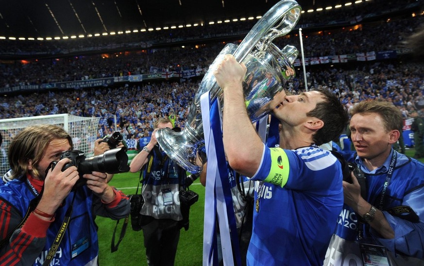 epa03226594 Chelsea's Frank Lampard kisses the trophy after the team won the UEFA Champions League soccer final between FC Bayern Munich and Chelsea FC in Munich, Germany, 19 May 2012. Chelsea won 4-3 in the penalty shootout.  EPA/TOBIAS HASE