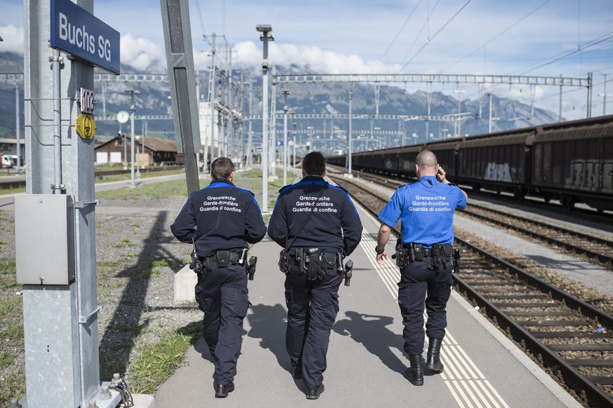 epa04948519 Border control policemen wait for a Railjet train coming from Vienna witch they will check for possible migrants on board, Buchs, Austria, 25 September 2015.  EPA/GIAN EHRENZELLER