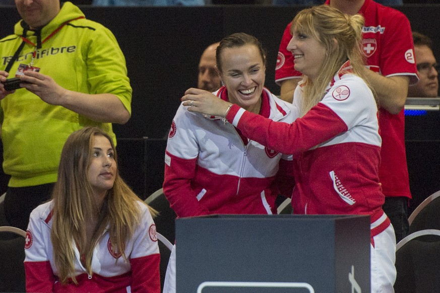Swiss team members Belinda Bencic, Martina Hingis and Timea Bacsinszky, from left, during the game of Switzerland's Viktorija Golubic against Karolina Pliskova of the Czech Republic, unseen, during their World Group semifinal Fed Cup tennis match between Switzerland and the Czech Republic, in Lucerne, Switzerland, Saturday, April 16, 2016. (KEYSTONE/Urs Flueeler)