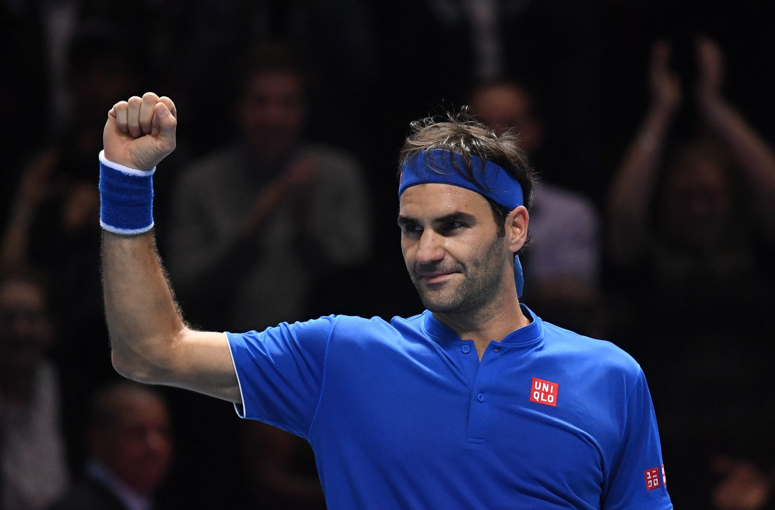 epa07168113 Switzerland's Roger Federer celebrates winning against South Africa's Kevin Anderson during their round robin match on day five of the ATP World Tour Finals tennis tournament at the O2 Arena in London, Britain, 15 November 2018.  EPA/NEIL HALL