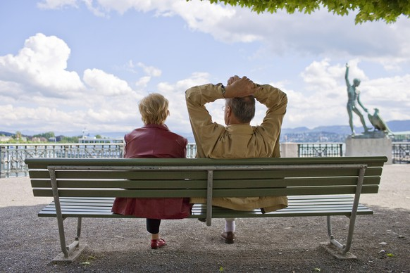 ZUR ABSTIMMUNG UEBER DIE ERBSCHAFTSSTEUERREFORM-VOLKSINITIATIVE VOM 14. JUNI 2015 STELLEN WIR IHNEN FOLGENDES BILDMATERIAL ZUR VERFUEGUNG – An elderly couple enjoys a mild afternoon in June on a park bench in Buerkliplatz square in Zurich, Switzerland, pictured on June 11, 2009. (KEYSTONE/Gaetan Bally)