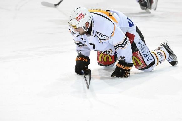 Luganos Philippe Furrer verletzt sich und muss danach das Eis verlassen beim Eishockey Meisterschaftsspiel der National League A zwischen dem HC Ambri-Piotta und dem HC Lugano, am Sonntag, 3. Januar 2016, in der Valascia Eishalle in Ambri. (KEYSTONE/Ti-Press/Gabriele Putzu)