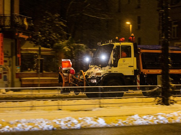 EIn Räumfahrzeug fährt durch Freiburg. Foto: Philipp von Ditfurth/dpa