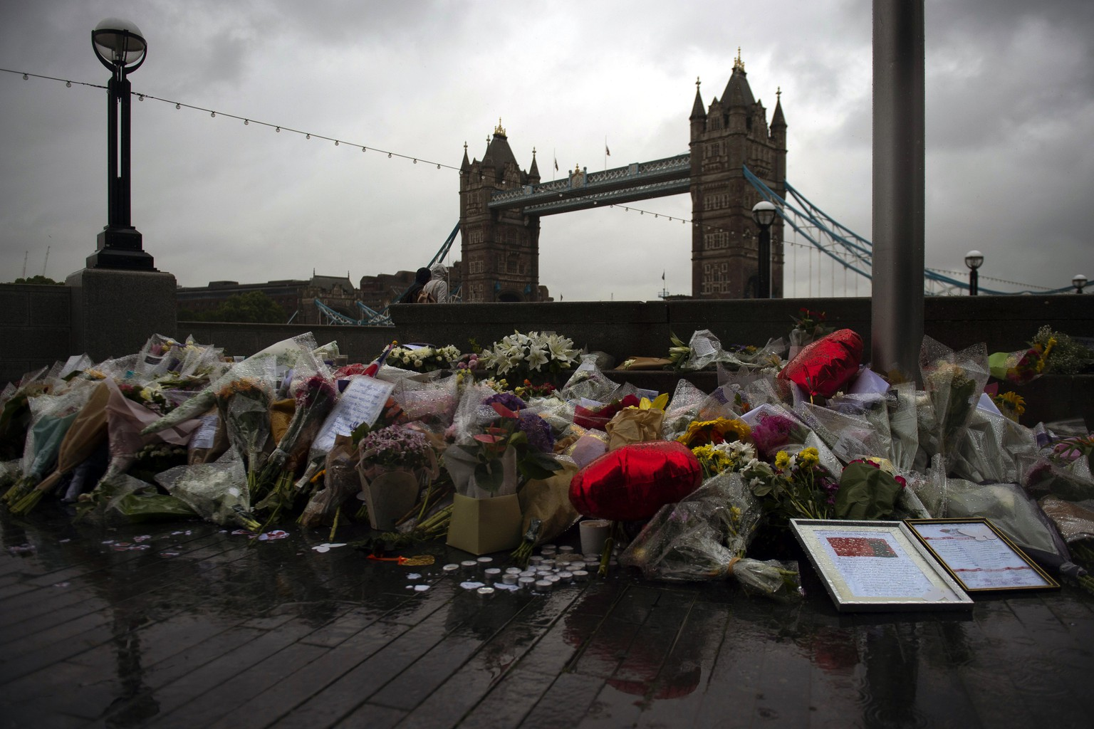 epa06012937 Flowers and tributes left outside City Hall, near Tower Bridge for victims of the London Bridge terror attacks in Central London, Britain, 06 June 2017. Seven people have lost their lives and 48 people have been injured after three attackers drove a van into crowds on London Bridge and then went on a stabbing rampage. The three attackers wearing fake suicide vests were shot dead by police who are treating the attack as a 'terrorist incident'.  EPA/WILL OLIVER