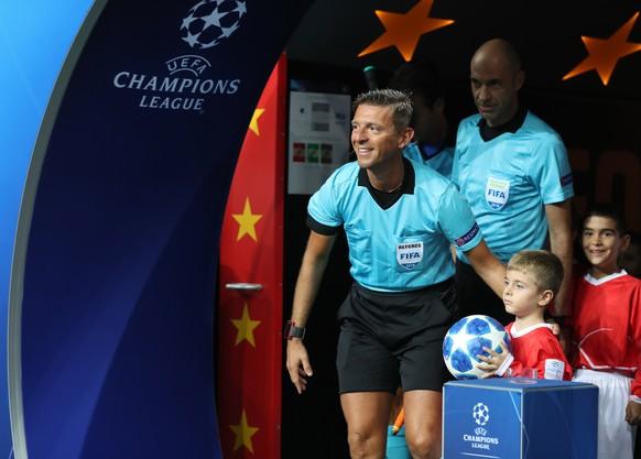 epa07030995 Italian referee Gianluca Rocchi before the UEFA Champions League Group D soccer match between Galatasaray Istanbul and Lokomotiv Moscow, in Istanbul, Turkey, 18 September 2018.  EPA/TOLGA BOZOGLU