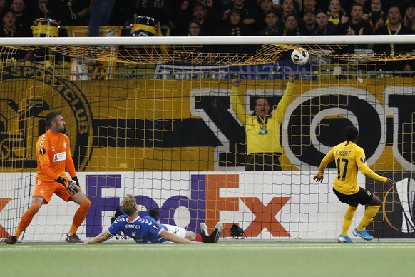 Young Boys' Roger Assale scores the 1-1 against Glasgow's goalkeeper Allan McGregor and Glasgow's Filip Helander during the UEFA Europa League group stage match between Switzerland's BSC Young Boys Bern and Scotland's Glasgow Ra,ngers, at the Stade de Suisse Stadium in Bern, Switzerland, Thursday, October 3, 2019. (KEYSTONE/Peter Klaunzer)