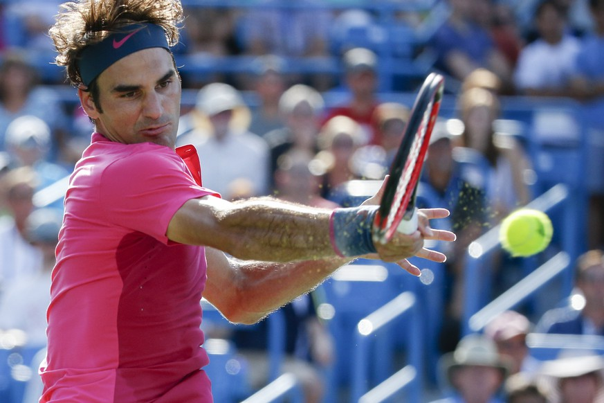 Roger Federer, of Switzerland, returns the ball to Andy Murray, of Britain, during a semifinal match at the Western & Southern Open tennis tournament, Saturday, Aug. 22, 2015, in Mason, Ohio. Federer won 6-4. 7-6 (6). (AP Photo/John Minchillo)