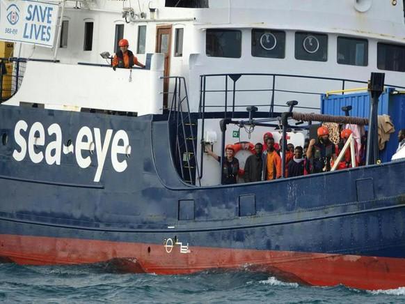 """Die Flüchtlinge, die seit 10 Tagen auf dem blockierten Rettungsschiff """"Alan Kurdi"""" vor Sizilien ausharren müssen, verzweifeln zunehmend. (Archivbild)"""