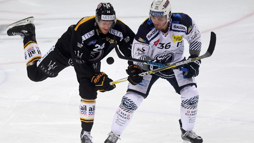 Lugano's player Jani Lajunen, left, fights for the puck with Ambri's player Matt D'Agostini, right, during the preliminary round game of National League during the game between HC Lugano and HC Ambri Piotta, at the ice stadium Resega in Lugano, Switzerland, on Friday, September 8, 2017. (KEYSTONE/TI-PRESS/Samuel Golay)