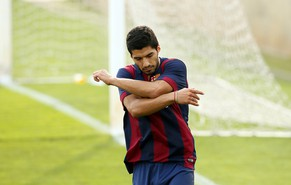 Barcelona's Luis Suarez reacts after missing a goal against Indonesia U19 during a friendly soccer match near Barcelona September 24, 2014. REUTERS/Albert Gea (SPAIN - Tags: SPORT SOCCER)