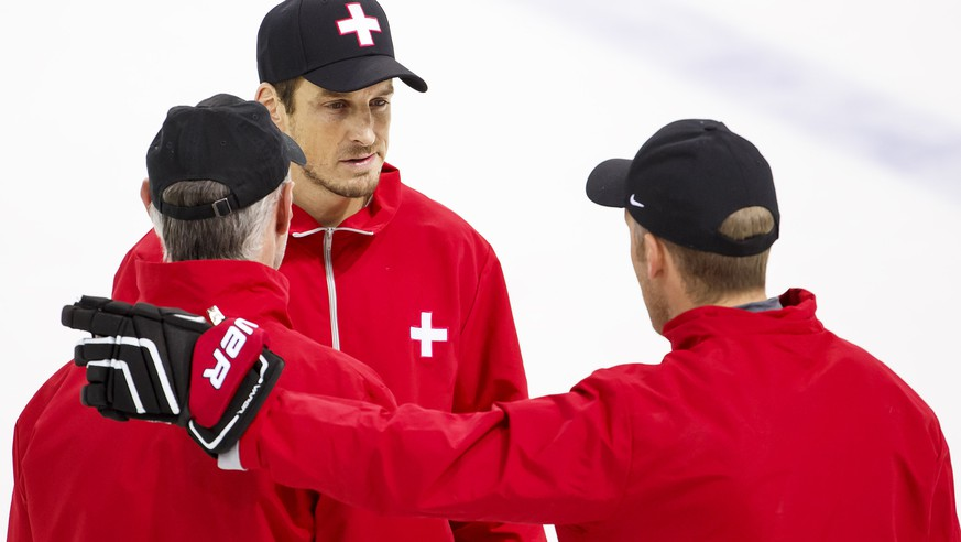 Felix Hollenstein, left, assistant coach of Switzerland national ice hockey team, Patrick Fischer, center, head coach of Switzerland national ice hockey team, and Reto von Arx, right, assistant coach of Switzerland national ice hockey team, speaks together, during a training session of the IIHF 2016 World Championship at the practice arena of the Ice Palace, in Moscow, Russia, Monday, May 9, 2016. (KEYSTONE/Salvatore Di Nolfi)
