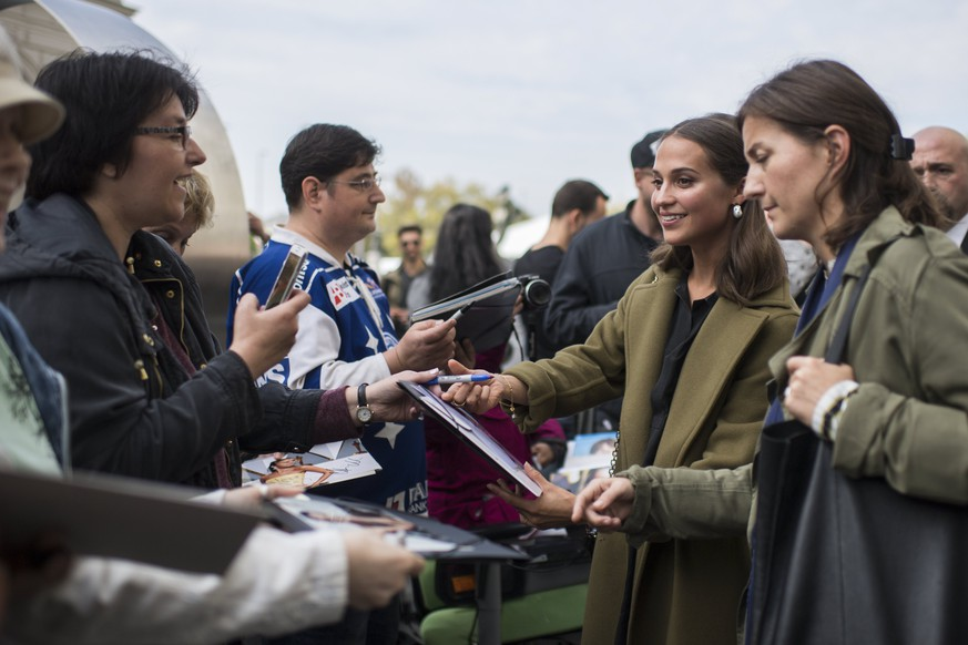 epa06234496 Swedish actress Alicia Vikander (2-R) gives autographs at the 13th Zurich Film Festival (ZFF) in Zurich, Switzerland, 29 September 2017. The festival runs from 28 September to 08 October 2017.  EPA/ENNIO LEANZA