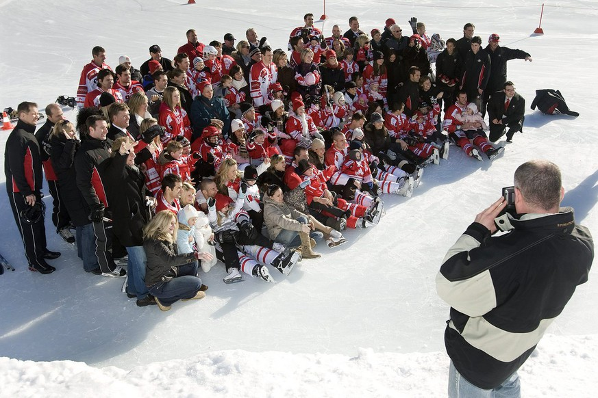 ZUM 88. SPENGLER CUP VOM FREITAG, 26. DEZEMBER 2014, BIS ZUM MITTWOCH, 31. DEZEMBER 2014, IN DAVOS, SCHWEIZ, STELLEN WIR IHNEN FOLGENDES BILDMATERIAL ZUR VERFUEGUNG - Players of Team Canada and their family pose for the official photograph observed by a fan, during the Canadian family day at the 82nd Spengler Cup ice hockey tournament, in Davos, Switzerland, Sunday, December 28, 2008. (KEYSTONE/Salvatore Di Nolfi)
