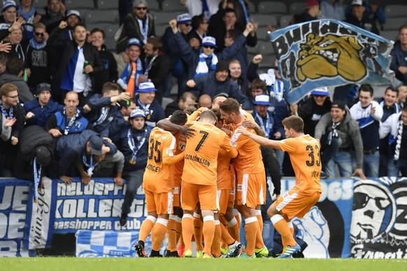 Zuerichs Spieler feiern ihren Treffer zum 1:0, im Fussballspiel der 2. UEFA Europa League Qualifikationsrunde zwischen KR Reykjavik und den Zuercher Grasshoppers, am Donnerstag, 14. Juli 2016, im Stadion Alvogenvöllurinn in Reykjavik. (KEYSTONE/Peter Schneider)