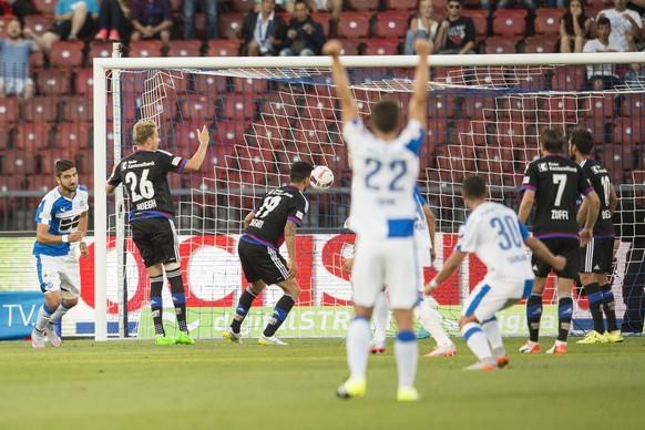 Munas Dabbur, links, von GC, spielt den Ball zum 1:1 Tor am Super League Fussballspiel zwischen dem Grasshopper Club Zuerich und dem FC Basel am Samstag, 25. Juli 2015 im Stadion Letzigrund in Zuerich. (KEYSTONE/Ennio Leanza)