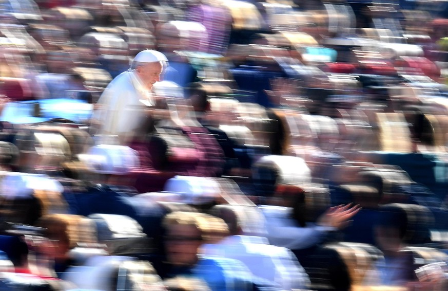 epa07082559 Pope Francis (L) greets faithful as he arrives to lead the weekly general audience in Saint Peter's Square, Vatican City, 10 October 2018.  EPA/ETTORE FERRARI