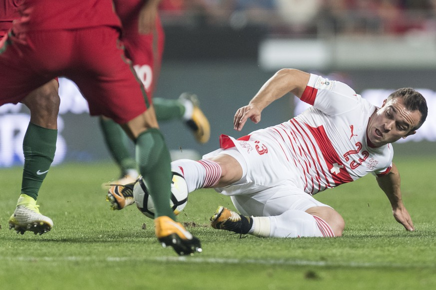 Switzerland's Xherdan Shaqiri, right, fights for the ball during the 2018 Fifa World Cup Russia group B qualification soccer match between Portugal and Switzerland at the Estadio da Luz stadium, in Lisbon, Portugal, Tuesday, October 10, 2017. (KEYSTONE/Jean-Christophe Bott)
