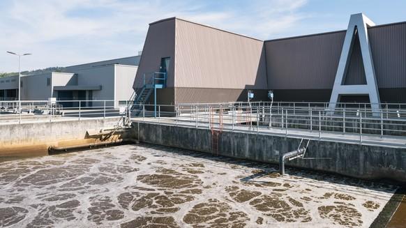 ZUR KLAERANLAGE WERDHOELZLI STELLEN WIR IHNEN HEUTE, DONNERSTAG, 20. SEPTEMBER 2017, FOLGENDES BILDMATERIAL ZUR VERFUEGUNG --- Biological treatment at the wastewater treatment plant Werdhoelzli in Zurich, Switzerland, on July 5, 2017, where ERZ Disposal and Recycling Zurich purifies the wastewater of the city of Zurich and the six adjoining communities Adliswil, Kilchberg, Opfikon, Ruemlang, Wallisellen and Zollikon in four stages: mechanically, biologically, chemically and through filtration. (KEYSTONE/Christian Beutler)  Die biologische Reinigung, aufgenommen am 5. Juli 2017 im Klaerwerk Werdhoelzli in Zuerich, wo ERZ Entsorgung und Recycling Zuerich das Abwasser aus der Stadt Zuerich und den sechs Anschlussgemeinden Adliswil, Kilchberg, Opfikon, Ruemlang, Wallisellen und Zollikon vierfach reinigt: mechanisch, biologisch, chemisch und durch Filtration. (KEYSTONE/Christian Beutler)