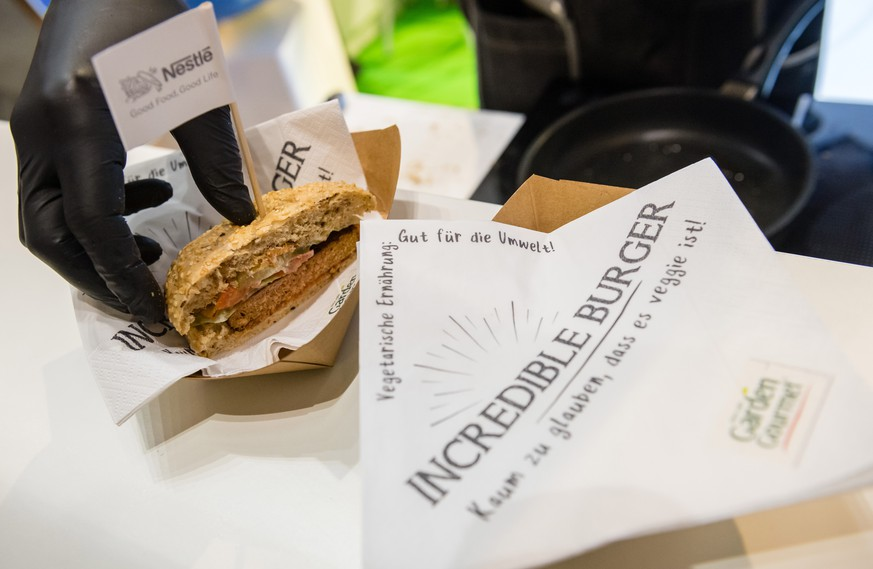 epa07296533 An employee presents the 'Incredible Burger' - a vegetarian burger by Nestle - at the International Green Week fair in Berlin, Germany, 18 January 2019. The International Green Week fair runs from 18 to 27 January 2019.  EPA/JENS SCHLUETER