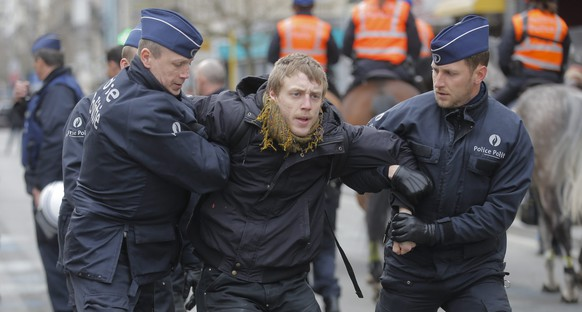epa05240497 Belgium policemen arrest protestors at the Bourse Memorial for victims of the terrorist attack, as they protest against the calls for a far right-wing demonstration that was cancelled by Brussels Mayor before taking place in Molenbeek, Brussels, Belgium, 02 April 2016. At lease 20 people were arrested at the Bourse Memorial include President of Belgium Human right watch movement amnesty international Lawyer Alexis Deswaef (Not Pictured).  EPA/OLIVIER HOSLET