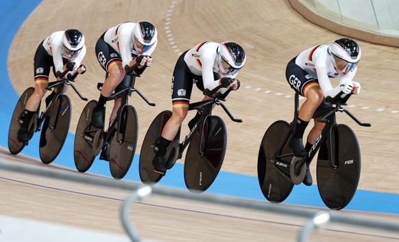 epa09387119 Team Germany in action during the Women's Team Pursuit qualifying during the Track Cycling events of the Tokyo 2020 Olympic Games at the Izu Velodrome in Ono, Shizuoka, Japan, 02 August 2021.  EPA/CHRISTOPHER JUE