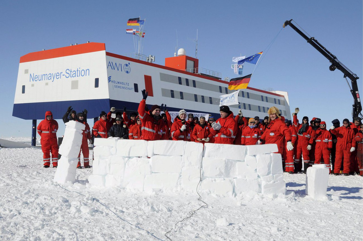 epa01641999 Researchers, technicians and craftsmen cheer the inauguration of the new German Antarctic research facility Neumayer Station III in the Antarctica. 20 February 2009. The research facility of the Alfred Wegener Inistitute for Polar and Maritime Research can be lifted by hydraulic pillars in order to counterbalance the fresh snow and guarantee a running time of 30 years.  EPA/Alfred Wegener Inistitute/Hans-Christian Woeste  EDITORIAL USE ONLY