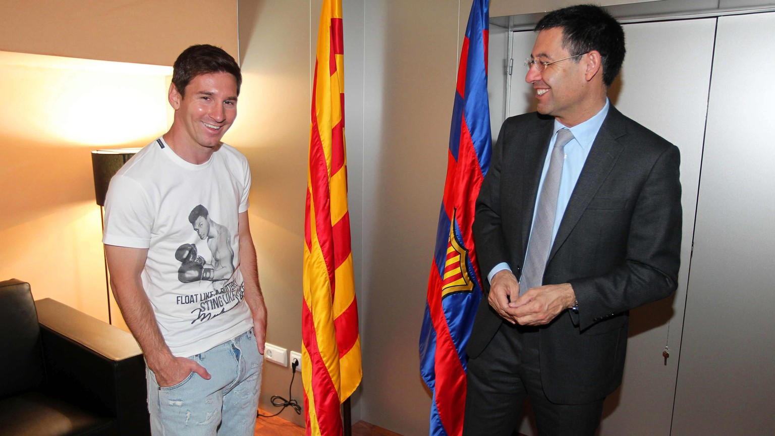 epa04214579 A handout picture released by FC Barcelona shows Argentinian striker Lionel Messi (L) standing next to FC Barcelona's President Josep Maria Bartomeu (R) after extending his contract in Barcelona, northeastern Spain, 19 May 2014.  EPA/MIGUEL RUIZ  HANDOUT EDITORIAL USE ONLY/NO SALES