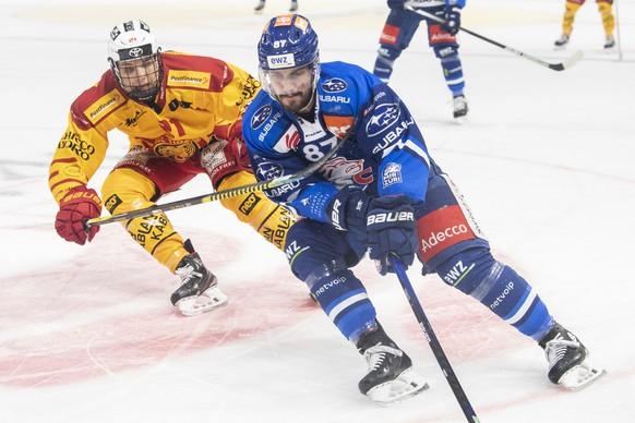 Langnaus Bastian Guggenheim, links, kaempft um den Puck gegen Zuerichs Marco Pedretti, rechts, im Eishockeyspiel der National League zwischen den ZSC Lions und den SCL Tigers am Samstag, 9. Oktober 2021, im Zuercher Hallenstadion. (KEYSTONE/Ennio Leanza)