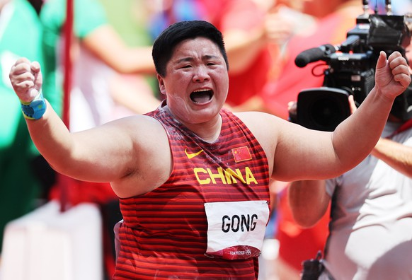 epa09383695 Gong Lijiao of China celebrates after winning the Women's Shot Put Final during the Athletics events of the Tokyo 2020 Olympic Games at the Olympic Stadium in Tokyo, Japan, 01 August 2021.  EPA/DIEGO AZUBEL