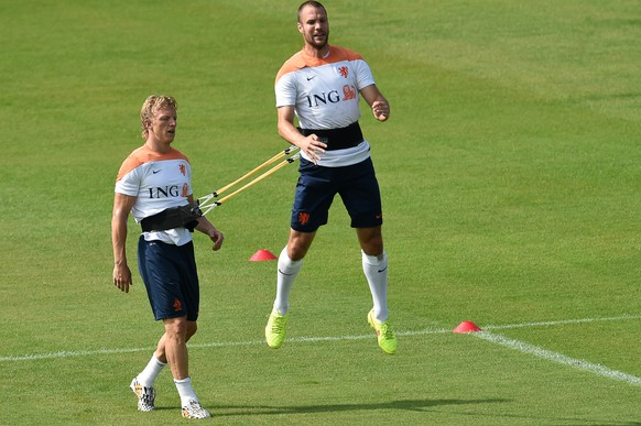 Netherlands' forward Dirk Kuyt (L) and defender Ron Vlaar take part in a training session at The Flamenco Football Stadium in Rio de Janeiro on July 2, 2014, during the 2014 FIFA World Cup.  AFP PHOTO / YASUYOSHI CHIBA