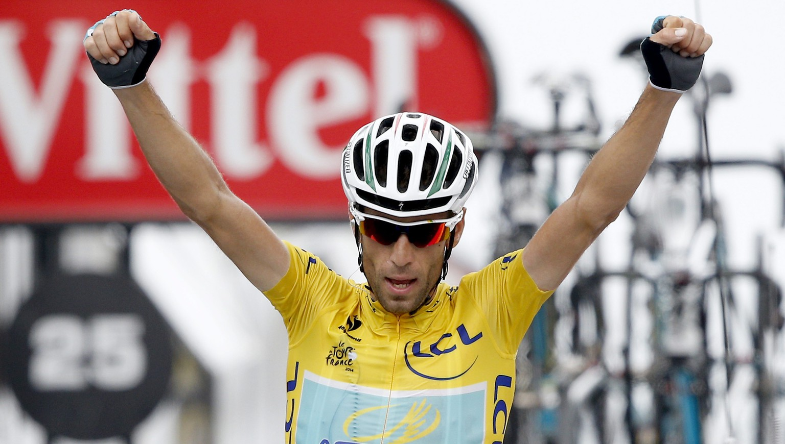 epa04328989 The overall leader, Astana Procycling team rider Vincenzo Nibali of Italy celebrates as he crosses the finish line to win the 18th stage of the 101st Tour de France cycling race, over 145.5 km from Pau to Hautacam, in France, 24 July 2014.  EPA/YOAN VALAT