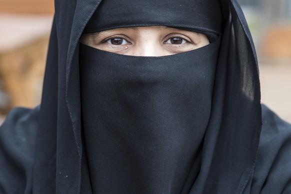 Asma, Touristin aus Riad, Saudi-Arabien, sitzt in einem Restaurant, am Sonntag, 9. Oktober 2016, in Interlaken. (KEYSTONE/Peter Klaunzer)