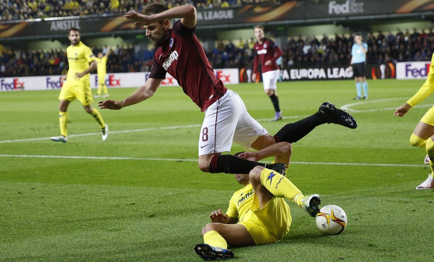 Villarreal's Roberto Soldado duels for the ball with Sparta Praha's Marek Matejovsky, top, during their Europa League quarterfinal, first leg soccer match between Villarreal and Sparta Praha at the Madrigal stadium in Villarreal, Spain, Thursday April 7, 2016. (AP Photo/Alberto Saiz)