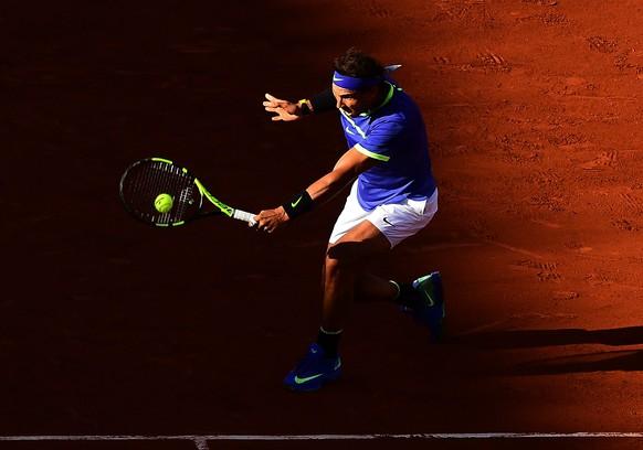 epa06019591 Rafael Nadal of Spain in action against Dominic Thiem of Austria during their men's singles semi final match during the French Open tennis tournament at Roland Garros in Paris, France, 09 June 2017.  EPA/CAROLINE BLUMBERG