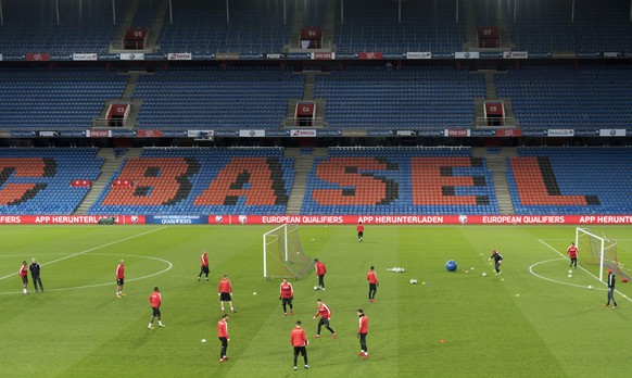 epa06323061 Switzerland's national soccer team players during a training session the day before the 2018 FIFA World Cup play-off second leg soccer match between Switzerland and Northern Ireland, in the St. Jakob-Park stadium in Basel, Switzerland, 11 November 2017.  EPA/GEORGIOS KEFALAS