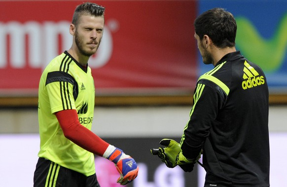 Spain's goalkeepers Iker Casillas (L) and David De Gea warm up before their international friendly soccer match against Costa Rica at the Reino de Leon stadium in Leon, northern Spain, June 11, 2015. REUTERS/Eloy Alonso