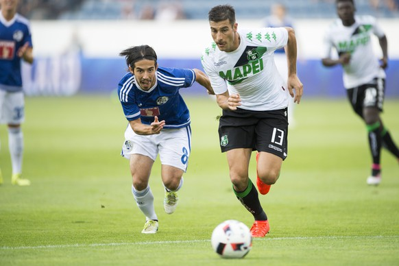 Jahmir Hyka, left, of Lucerne and Federico Peluso, right, of Sassuolo, in action, during the UEFA Europa League third qualifying round first leg soccer match between Swiss Club FC Luzern and  Italian Club US Sassuolo, in Lucerne, Switzerland, Thursday, 28 July 2016. (KEYSTONE/Urs Flueeler)