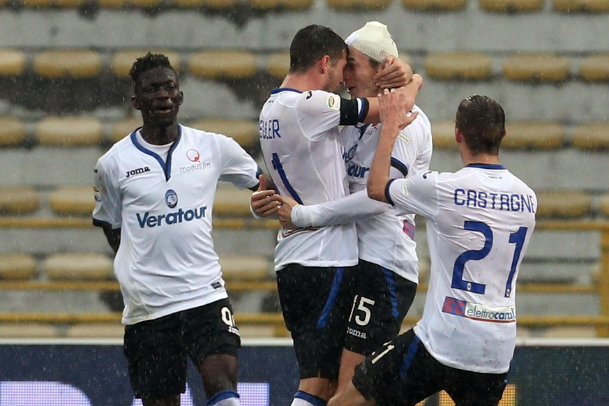 Atalanta's Marten De Roon, second from right, celebrates with teammates, including Remo Freuler, second from left, and Timothy Castagne, right, after scoring during a Serie A soccer match between Bologna and Atalanta at the Dall'Ara stadium in Bologna, Italy, Sunday, March 11, 2018. (Giorgio Benvenuti/ANSA via AP)