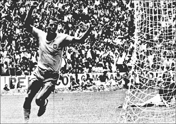ARCHIV - ZU DEN RUECKBLICKEN AUF DIE WM 1962, 1966 UND 1970 STELLEN WIR IHNEN FOLGENDES BILDMATERIAL ZUR VERFUEGUNG -June 21 1970, MEXICO CITY, Estadio Azteca: Final Brazil-Italy (4-1). Brazilian captain Carlos Alberto runs from the goal after scoring Brazils fourth, from a superb pass by Pele. (KEYSTONE/EPA/STR)