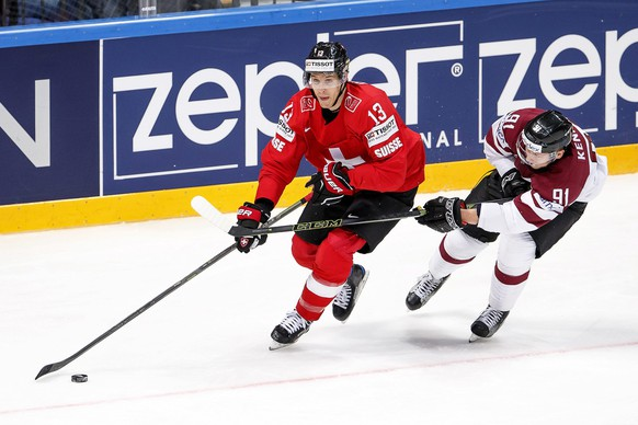 epa05299491 Switzerland's Felicien Du Bois (L) in action against Latvia's Ronalds Kenins (R) during the Ice Hockey World Championship 2016 preliminary round match between Switzerland and Latvia at the Ice Palace in Moscow, Russia, 11 May 2016.  EPA/SALVATORE DI NOLFI