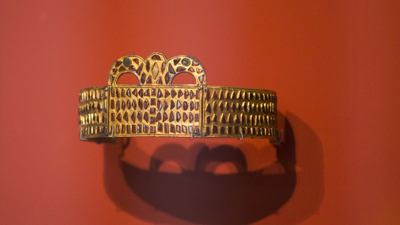 epa06276266 A gold crown is on display at the Neues Museum in Berlin, Germany, 19 October 2017. The exhibition 'The Crown of Kerch, Treasures from the Dawn of European History' features selections from the collection of Johannes von Diergardt including Gold jewelry from the migration period found near the Black Sea, silver brooches and magnificent belts from early medieval graves in France, Italy, Spain, and Germany.  EPA/OMER MESSINGER