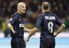 Inter Milan's Esteban Cambiasso (L) talks to teammate Rodrigo Palacio during their Italian Serie A soccer match against Udinese at San Siro stadium in Milan March 27, 2014. REUTERS/Alessandro Garofalo (ITALY - Tags: SPORT SOCCER)