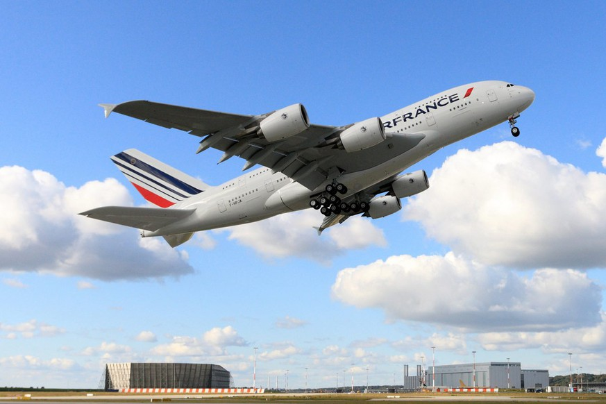 epa01939571 An Air France handout picture of its first Airbus A380. The company's inaugural flight with the Airbus A380 departs from Charles De Gaulle airport, outside Paris, France, 20 November 2009, to New York, USA, carrying among the passengers 380 who bought their tickets for this flight in an auction from which the proceeds go to charity.  EPA/AIRBUS / AIR FRANCE / HO  EDITORIAL USE ONLY