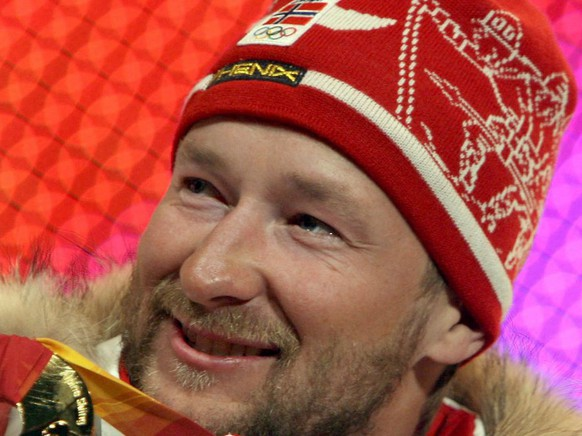 Gold medalist Kjetil Andre Aamod of Norway poses with his medal on podium of Men's Super G during the medal awarding ceremony at the Turin 2006 Winter Olympic Games in Turin, Saturday, 18 February 2006.  (KEYSTONE/EPA/VALDRIN XHEMAJ)