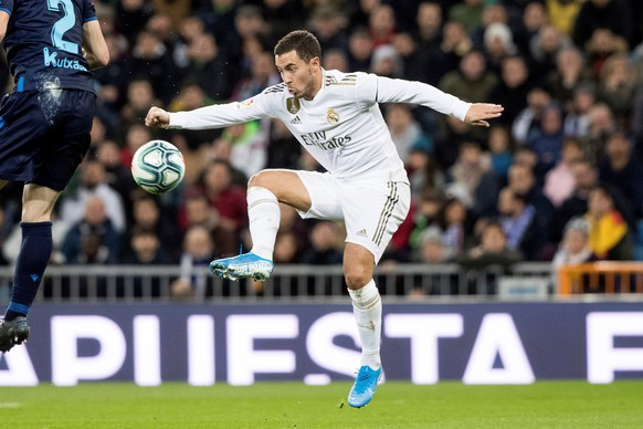 epa08020716 Real Madrid's winger Eden Hazard controls the ball during the Spanish LaLiga soccer match between Real Madrid and Real Sociedad at Santiago Bernabeu stadium in Madrid, Spain, 23 November 2019.  EPA/Rodrigo Jimenez