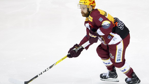 Geneve-Servette's forward Stephane Da Costa, of France, drives the puck, during the fourth leg of the playoffs quarterfinals game of National League Swiss Championship between Geneve-Servette HC and SC Bern, at the ice stadium Les Vernets, in Geneva, Switzerland, Saturday, March 17, 2018. (PPR/Salvatore Di Nolfi)