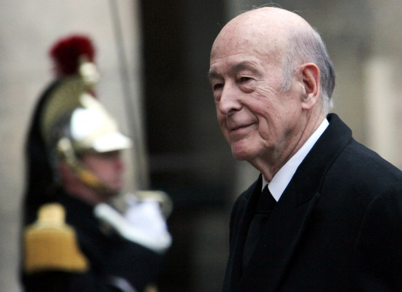 epa08858212 (FILE) Former French president Valery Giscard d'Estaing arrives at the chapel for the church ceremony for former French politician and president of the 'Cour des Comptes' (France's public finance watchdog committee), Philippe Seguin, at Invalides in Paris, France, 11 January 2010 (reissued 02 December 2020). According to reports on 02 December 2020, Former French president Valery Giscard d'Estaing has died at the age of 94.  EPA/IAN LANGSDON *** Local Caption *** 01986062