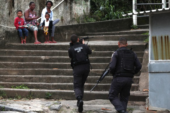 epa06791490 Military police of Rio de Janeiro carry out an operation at the Cachoeirinha favela in the Lins complex, in Rio de Janeiro, Brazil, 07 June 2018. Some 4,600 members of the Brazilian Army are participating along with about a thousand policemen in an operation against crime in six favelas in the western area of Rio de Janeiro, where security is controlled by the Armed Forces since last February.  EPA/Marcelo Sayao