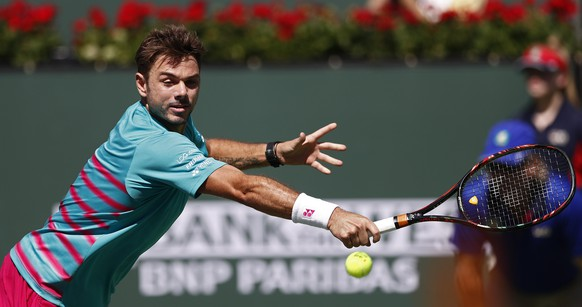 epa05856985 Stan Wawrinka of Switzerland returns a shot against Pablo Carreno Busta of Spain during their semi finals match at the 2017 BNP Paribas Open tennis tournament at the Indian Wells Tennis Garden in Indian Wells, California, USA 18 March 2017.  EPA/LARRY W. SMITH